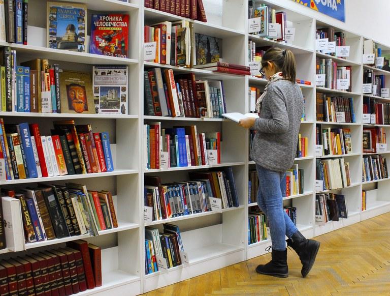 Studentin in einer Bibliothek2_PixaBay