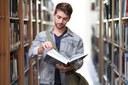 Student in einer Bibliothek_PixaBay