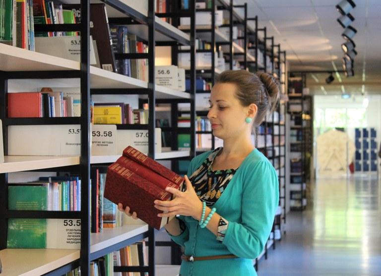 Studentin in einer Bibliothek_PixaBay